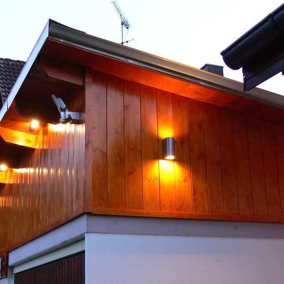 Anbauten mit Holz: Eckaufsatz über der Garage.