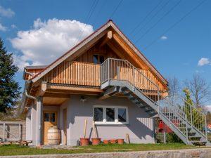Holzbalkon und Holzdach