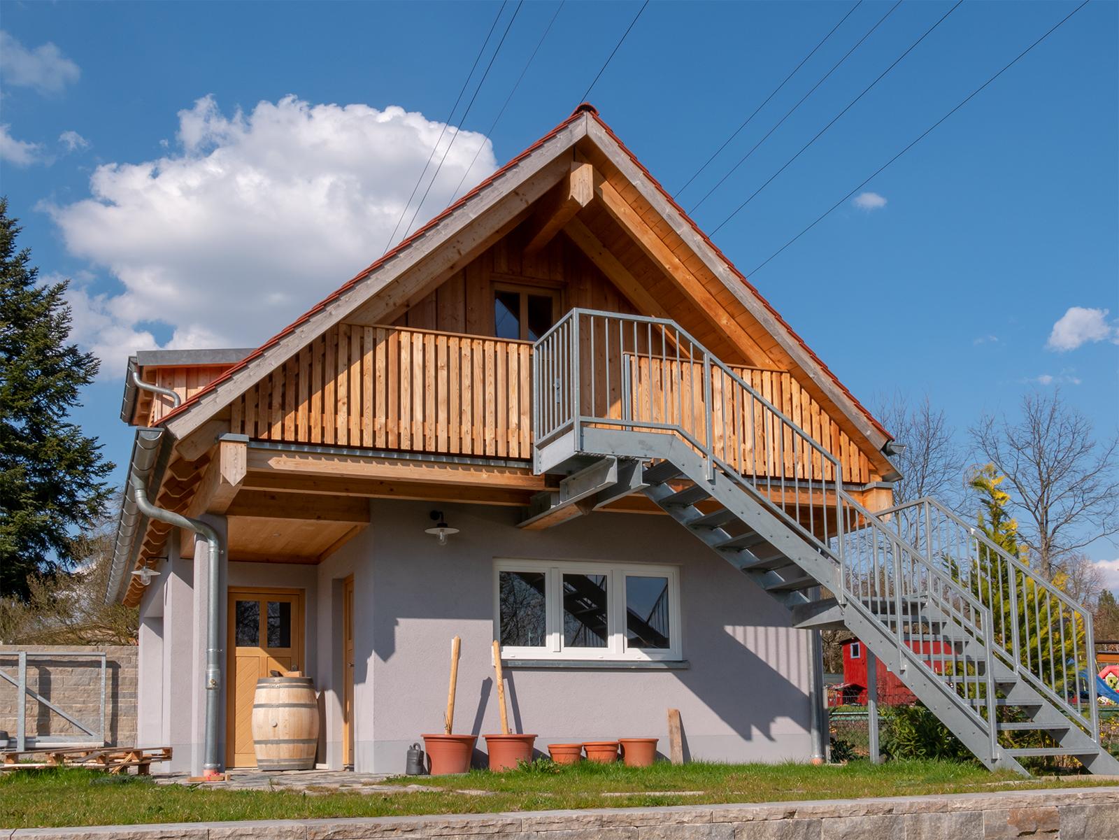 Einsatz von Holzbau an einer Garage