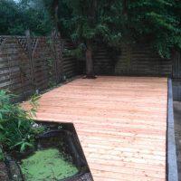 Harmonischer Einsatz von Holz in der Gartenarchitektur.